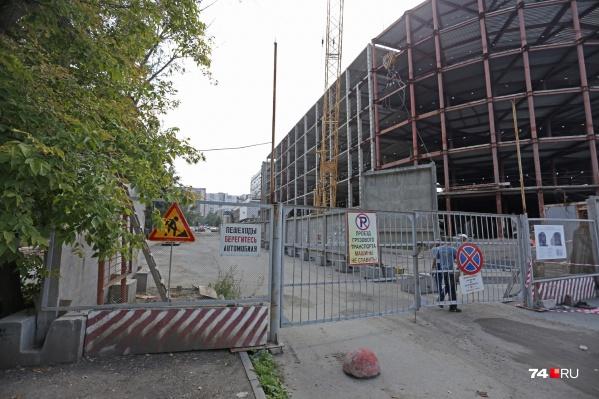 Со стороны улицы Коммуны проезд по-прежнему преграждают ворота