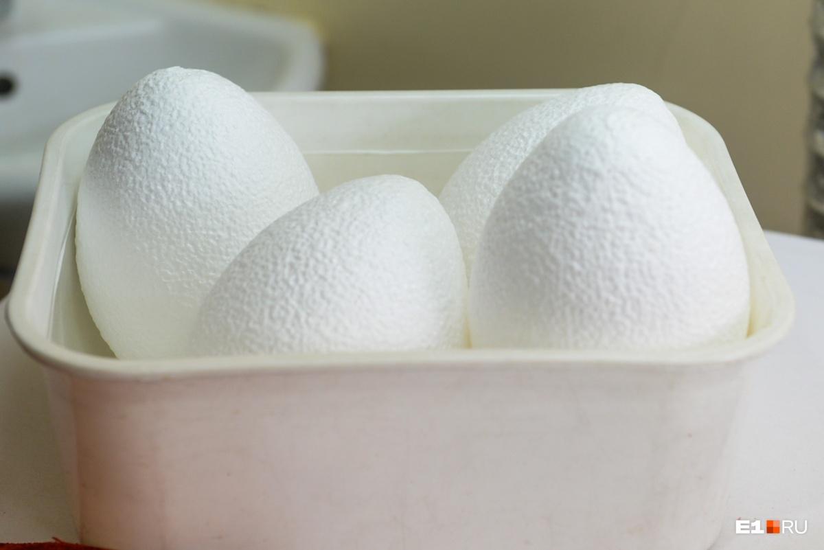 Это форма размером со страусиное яйцо, на которую наносят вышивку