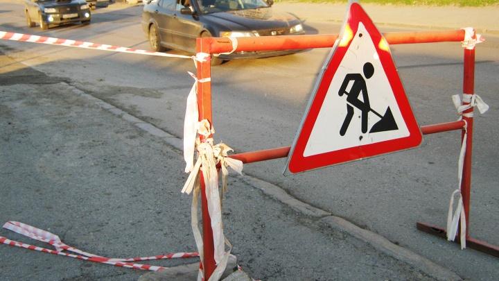 Рабочие перекопают улицу в районе «Золотой Нивы»