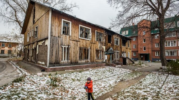 Дом-призрак: как жители Новосибирска бьются за снос заброшенного барака
