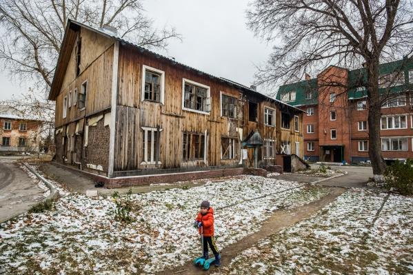 Местные жители называют расселённый барак домом-призраком: по документам, здание пустует, но по факту там постоянно бродят подростки и ночуют бомжи