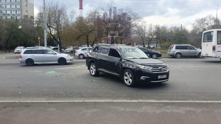 Лихач на «Хонде» эффектно опрокинул паркетник, протаранив его на перекрестке