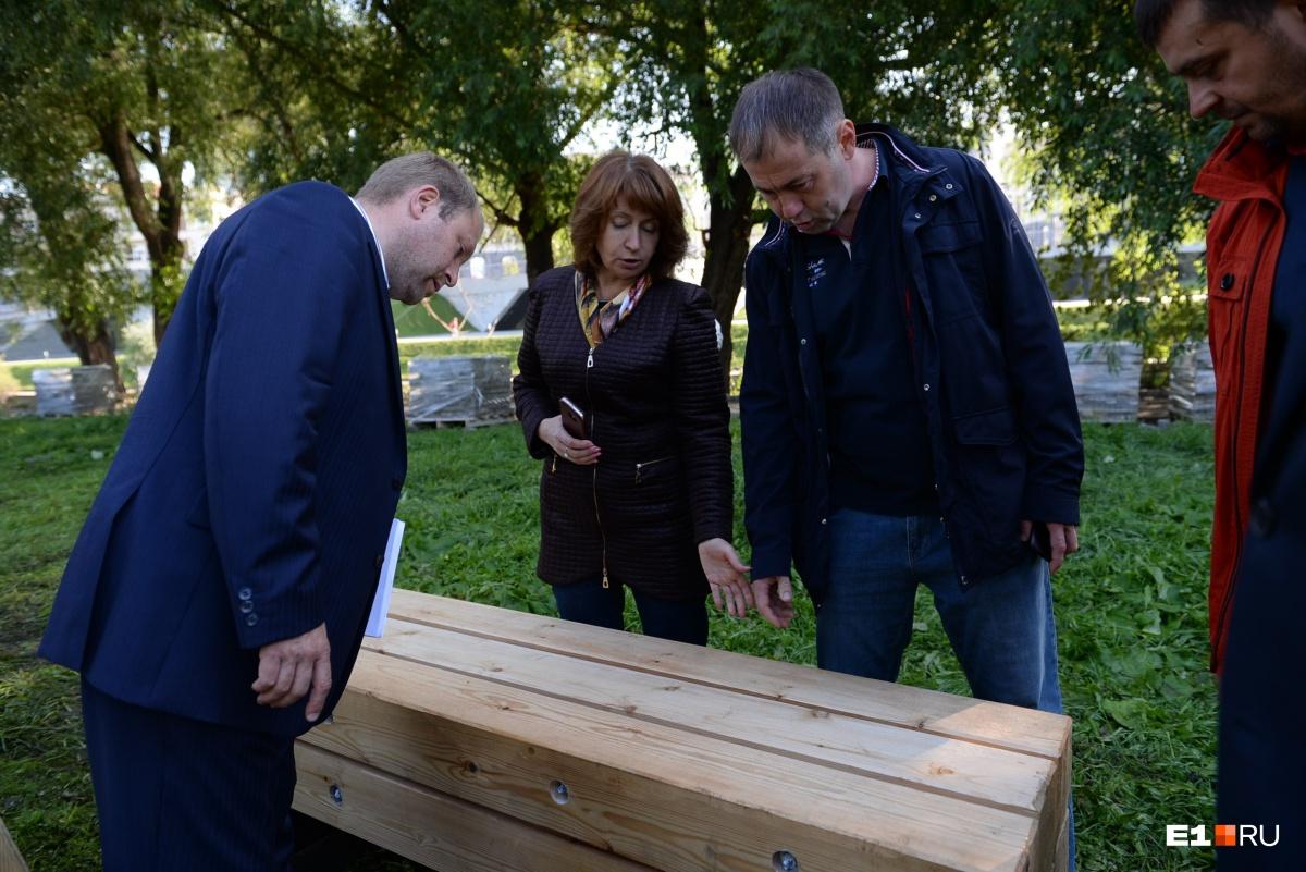 Показалось? Екатеринбуржцы сравнили с гробами новые скамейки, которые поставят на набережной