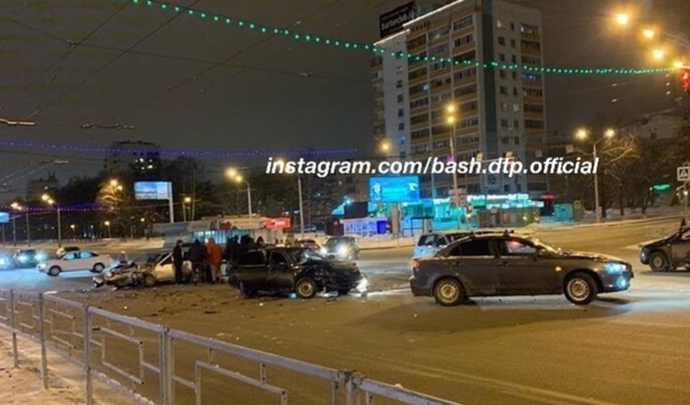 Очевидцы сняли на видео последствия массового ДТП в Уфе на проспекте Октября