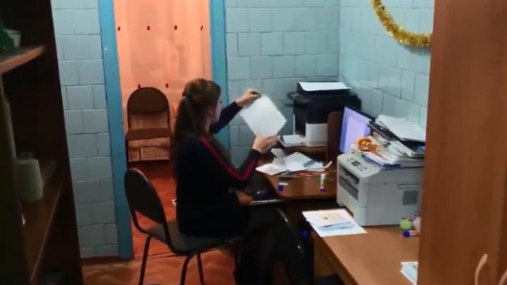 Чиновники и губернатор прокомментировали работающих в туалете учителей из Иланского