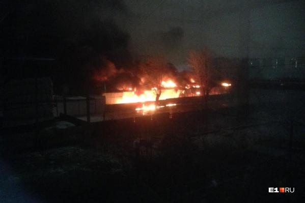 Пожар разгорелся за гипермаркетом «ОБИ»