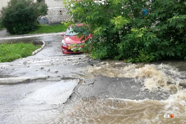 Поток холодной воды вырвался из-под земли, разрушив асфальт
