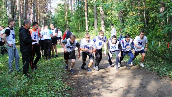 Подшефные студенты и школьники пробежали осенний кросс «УРАЛХИМа»