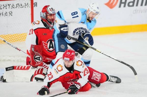 Победный гол в наши ворота забросил нападающий «Сибири» Александр Шаров