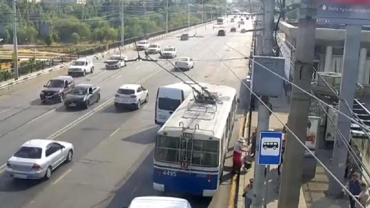 Троллейбус и маршрутка не поделили дорогу на «Современнике» в Волгограде