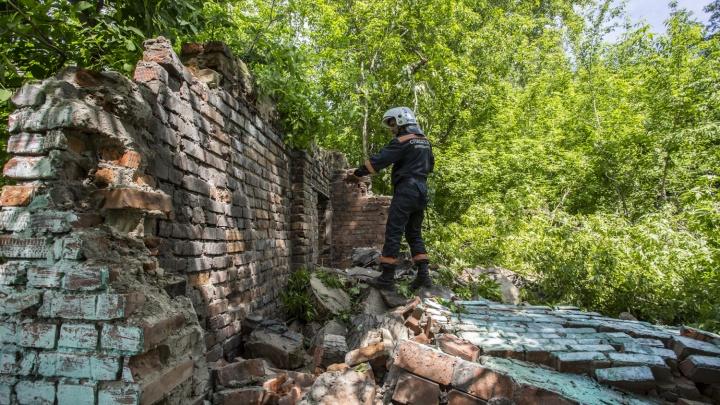 Спасатели второй день рушат заброшенное здание старой котельной