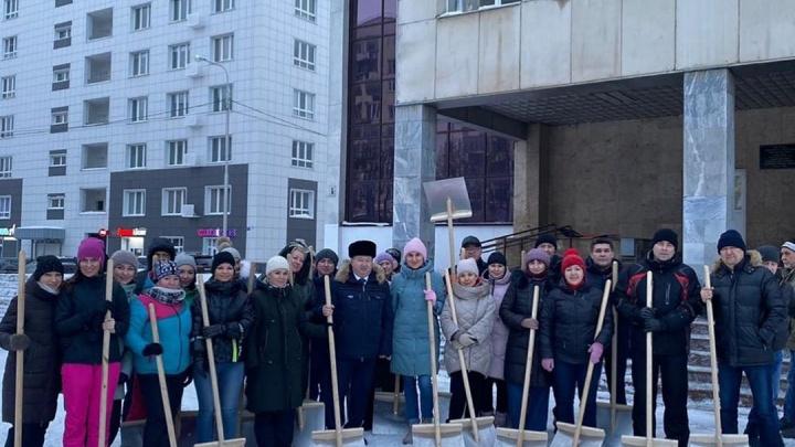 Уфимских чиновников вместо оперативки отправили вычищать дворы от снега