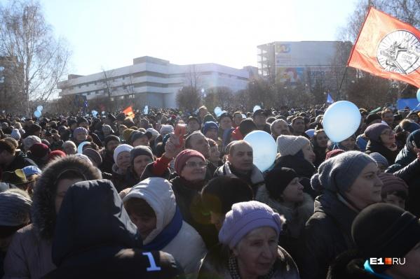 По данным епархии, на молебен пришло около восьми тысяч человек