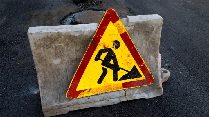 «Законами логики не объяснить»: в Волгограде начали латать убитую дорогу со свежей разметкой