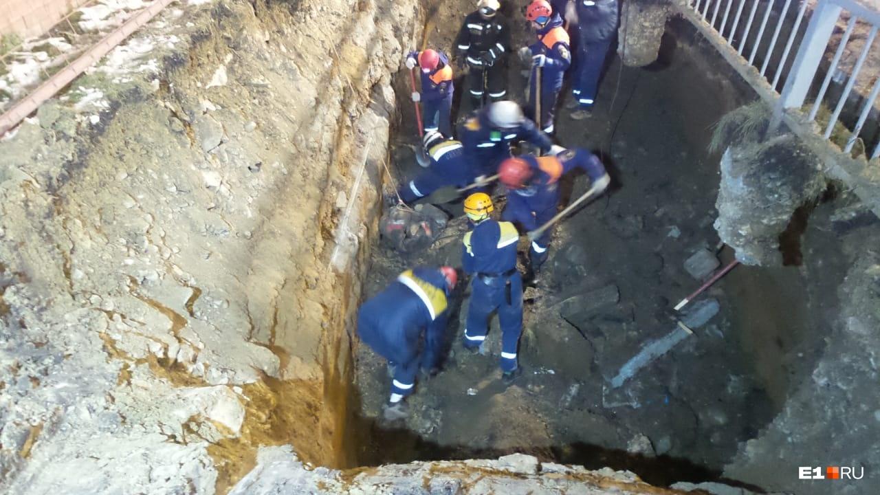 В Екатеринбурге двух рабочих завалило грунтом