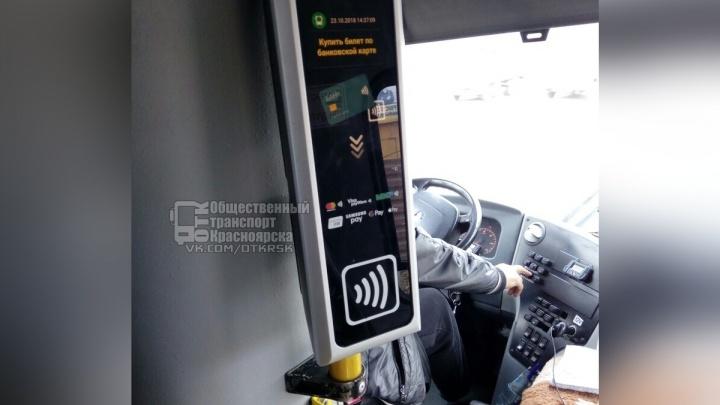На маршруте №3 ввели оплату банковскими картами: пассажиры возможность игнорируют
