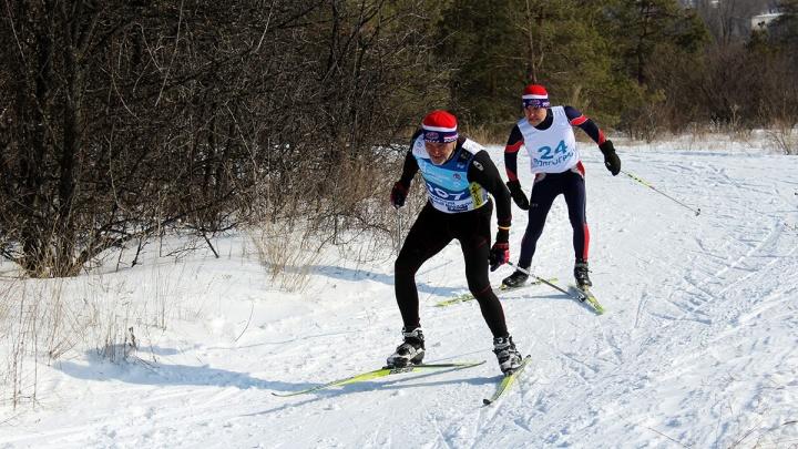 «Ждем всех любителей покатушек»: волгоградцы начинают готовить лыжную трассу в Сосновом бору