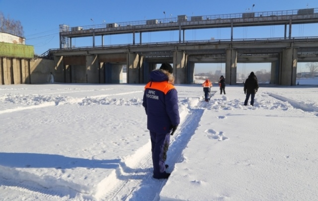 На Исети в Далматово распилили 26 тысяч квадратных метров льда