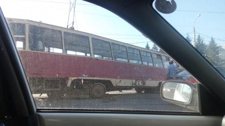 На проспекте Дзержинского трамвай сошёл с рельсов: движение остановилось