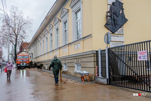 Вдоль здания рабочие копают траншею<br><br>&nbsp;