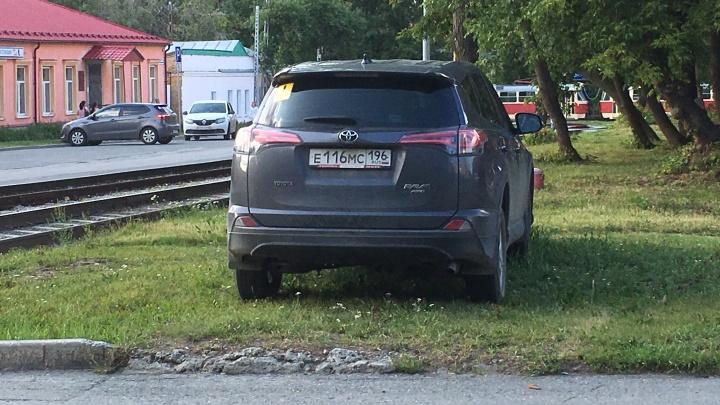 «Я паркуюсь как...»: гряземесов в Екатеринбурге начали массово штрафовать
