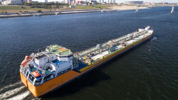 Русские здоровяки и немецкие красавцы: мимо Волгограда прошли могучие танкеры и гламурные теплоходы