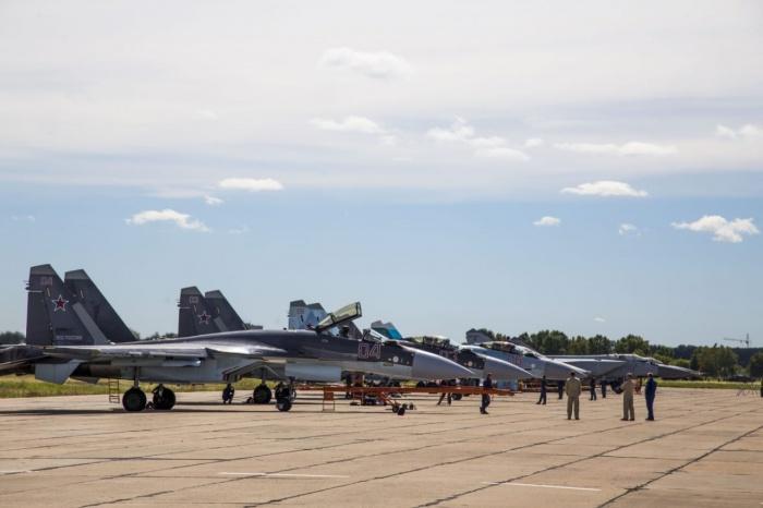 На аэродроме под Новосибирском прошла тренировкапилотов истребителей «Соколы России»