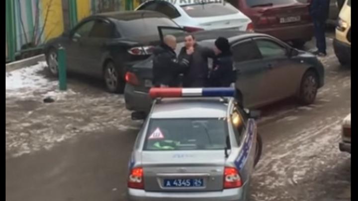 Видео: на Лазо сотрудники ДПС жестко задержали водителя