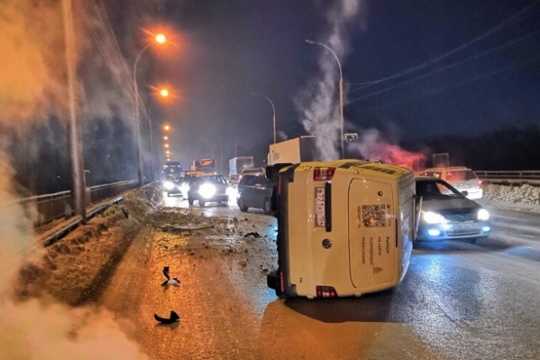 После удара инкассаторская машина перевернулась