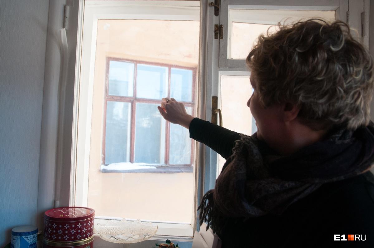 Из окна квартиры хорошо видны окна больницы