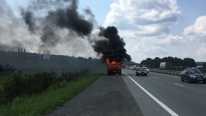 Проводка замкнула: на трассе Первоуральск — Екатеринбург сгорел грузовик