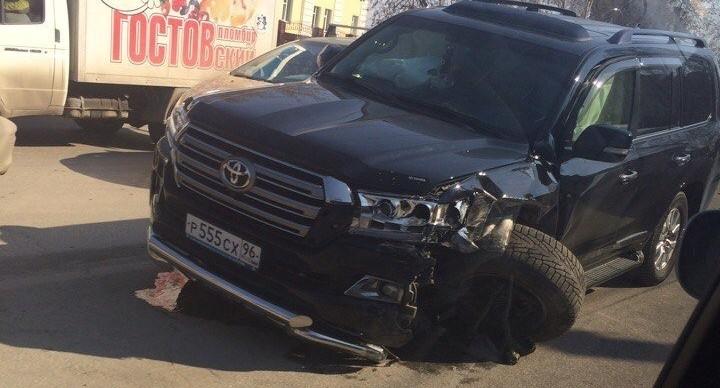 На Вторчермете столкнулись три машины: у Toyota Land Cruiser оторвало колесо