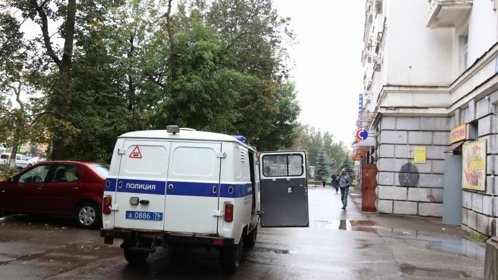 Полиция и взрывотехники оцепили дом в центре Ярославля