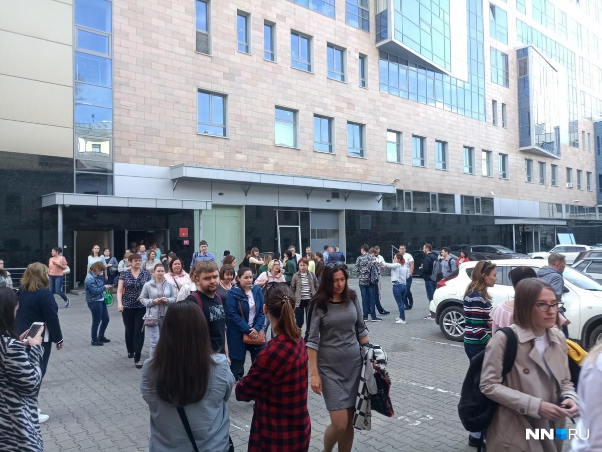 Сотрудники и посетители ТЦ «Лобачевский Plaza» вынуждены были выйти на улицу по требованию МЧС
