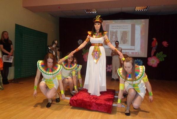 В свердловской колонии появилась древняя царица Клеопатра в наряде из ткани, картона и фольги