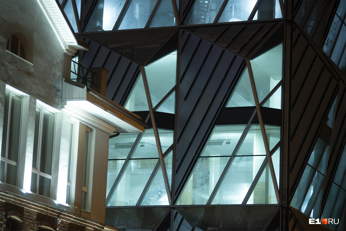 Форма фасада напоминает структуру меди