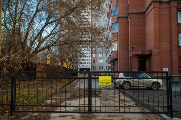 Забор стоит поперёк популярного проезда и перекрывает путь к детскому саду