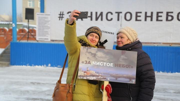 Митинг против «чёрного неба» над Красноярском в 10 самых ярких фото