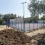 «Яма так и будет смердеть?»: волгоградцев возмутил избирательный ремонт школьной спортплощадки