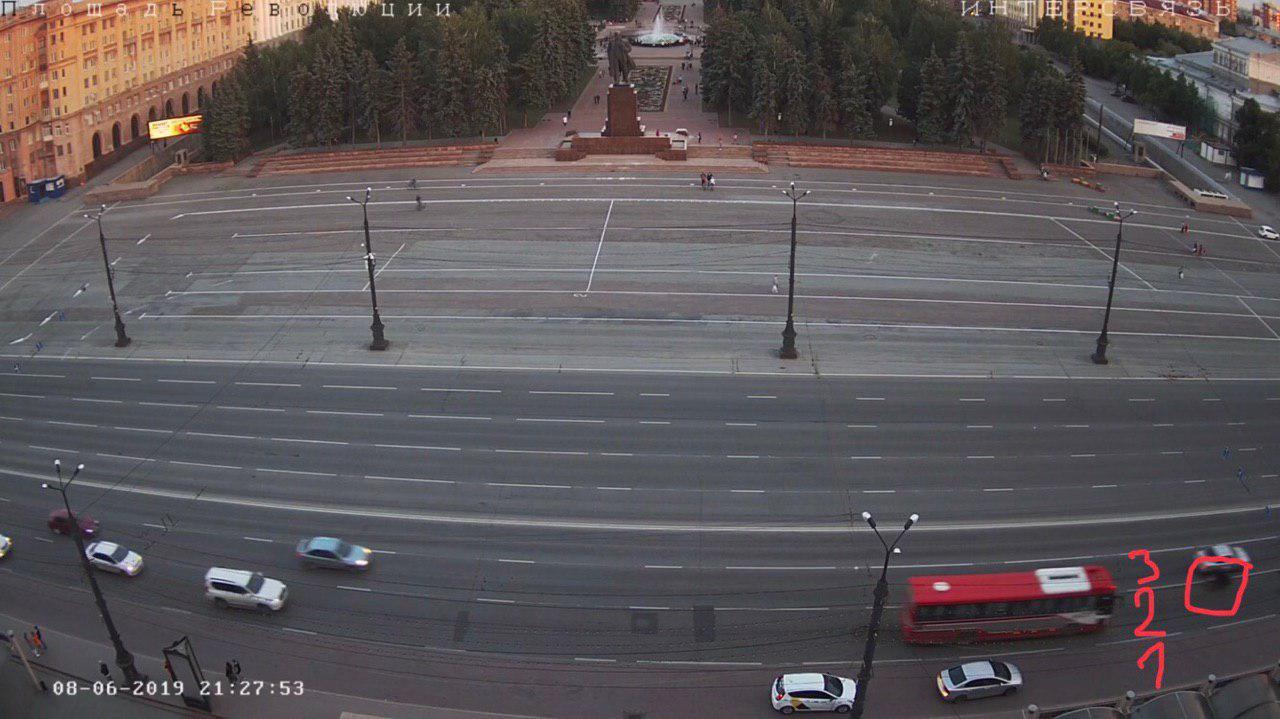А вот заканчивает движение по площади сам Василий — во втором ряду. Авария произошла уже вне пределов видимости камеры — через 50 метров, за светофором