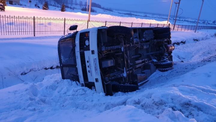 Под Новосибирском перевернулся автобус с людьми