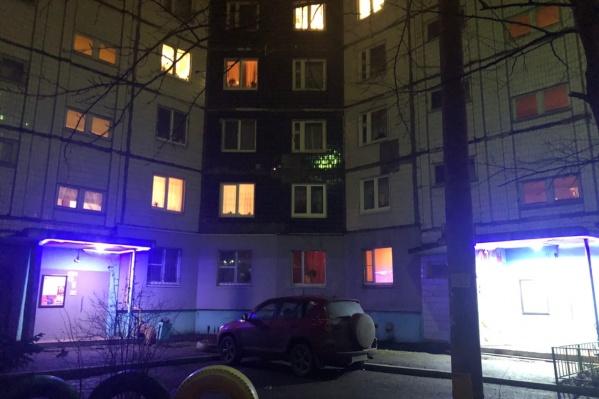 Реебнок выпал с 4-го этажа дома