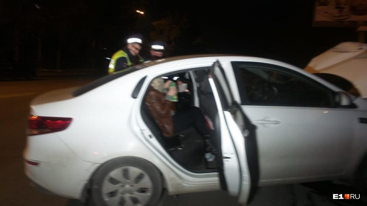 Женщина пересела на пассажирское сиденье