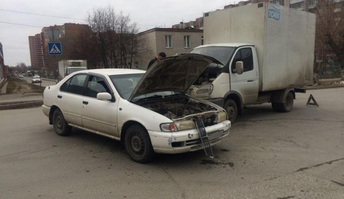 «ГАЗель» не заметила «Ниссан» на перекрёстке: на «скорой» увезли девушку