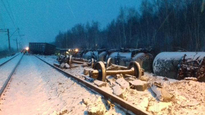 На границе Тюменской и Омской областей с путей сошли 35 вагонов грузового поезда