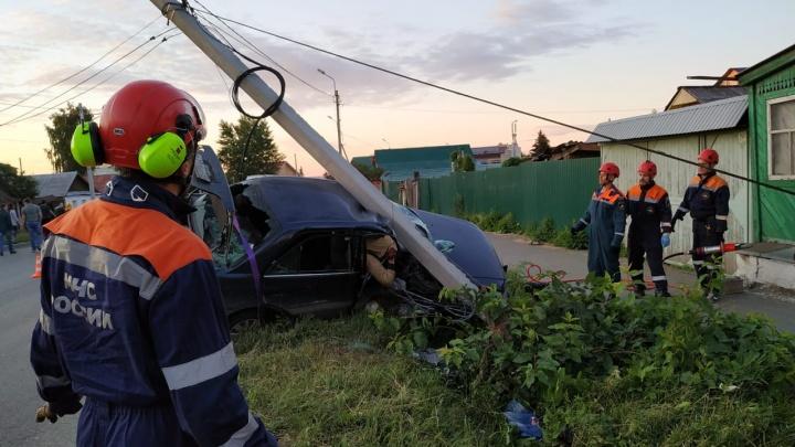Чтобы достать водителя, пришлось спиливать крышу: на Химмаше в результате ДТП столб придавил Toyota