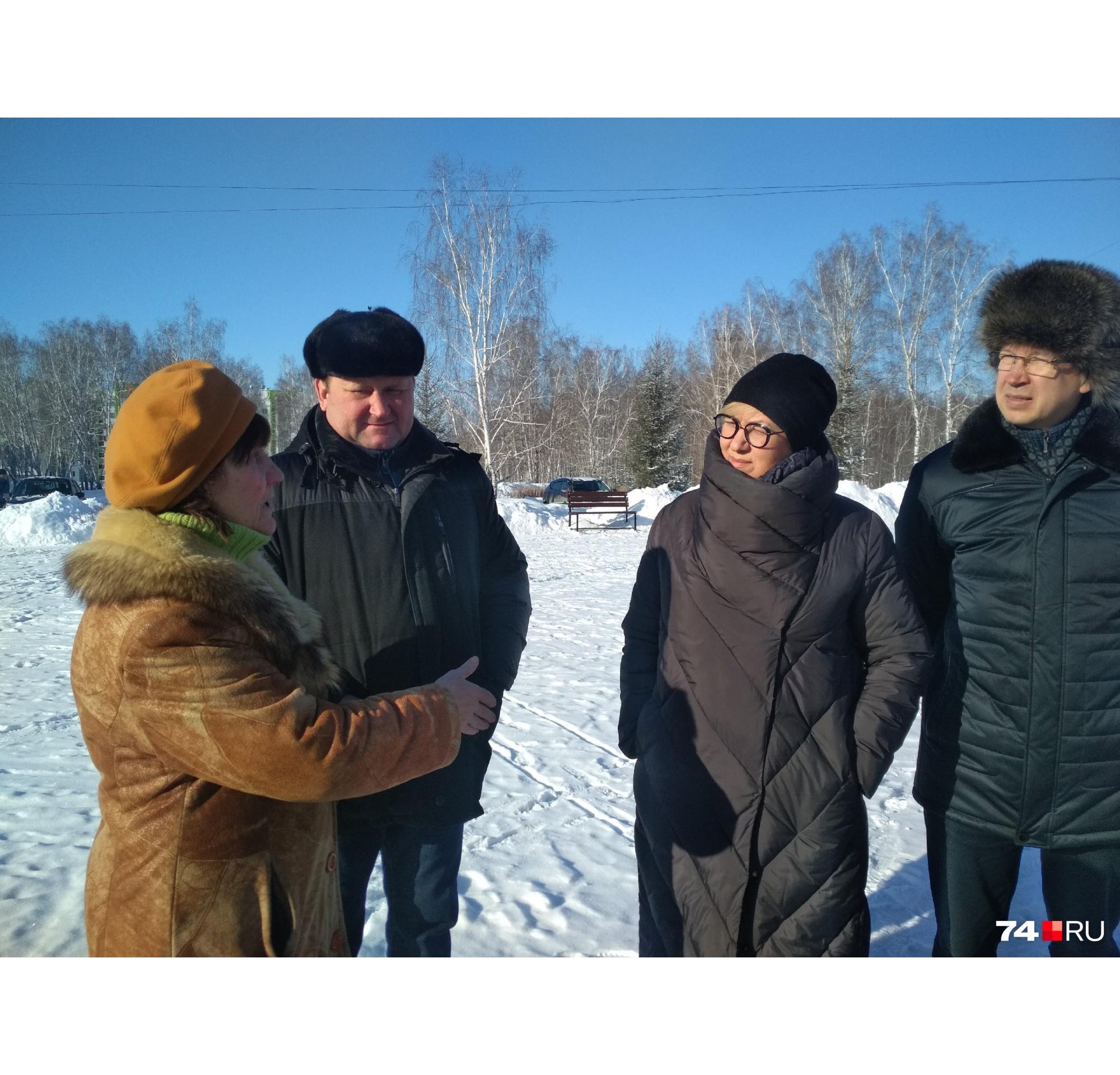 Глава района Евгений Ваганов (слева) прибыл практически к началу стихийного митинга
