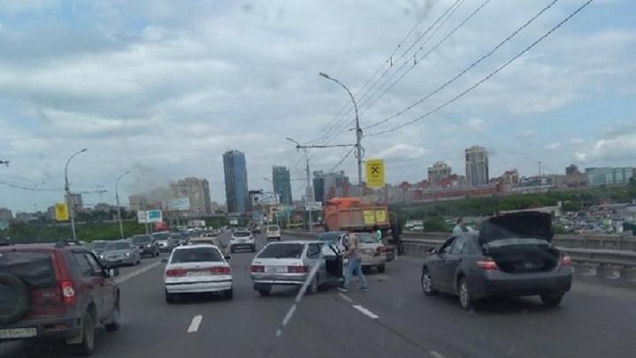 Две машины и грузовик парализовали движение по Димитровскому мосту
