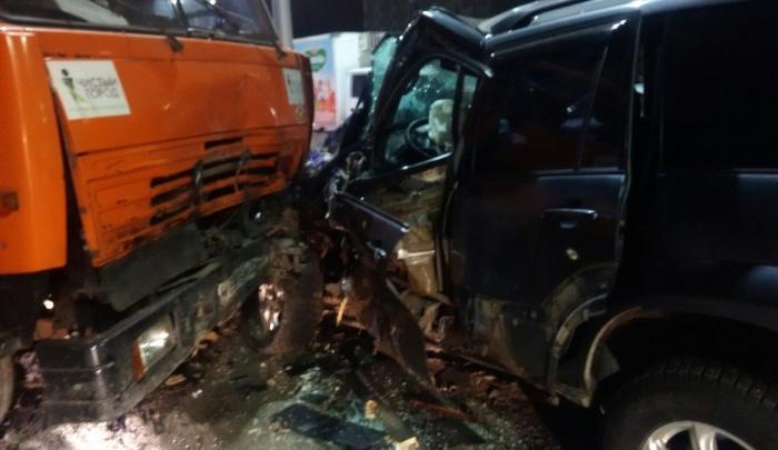 Водитель мусоровоза признал свою вину после столкновения КамАЗа иLand Cruiser
