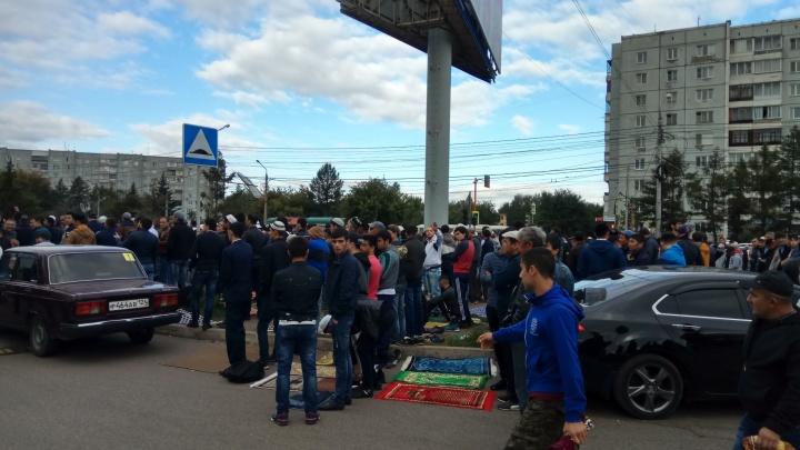 Больше 15 тысяч верующих собрались на молитву в мечети на Металлургов